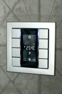 Настенный выключатель 8 клавиш с дисплеем отображающим температуру в комнате