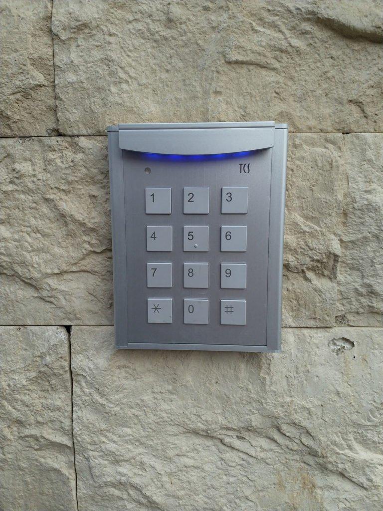 Кодовая панель - контроль доступа в коттедже
