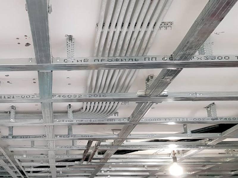 Прокладка кабельный трасс по потолку